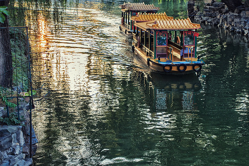 photo credit: Shinichiro Hamazaki Tourist Boats Going Down the River via photopin (license)
